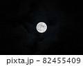 中秋の名月 夜空の満月 82455409