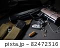 銃弾にピントを合わせた古い軍用拳銃のイメージ 82472316