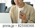 【ビジネスカジュアル】パソコン入力をする男性 82508366