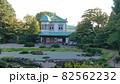 日本庭園と緑の屋根の建物 82562232