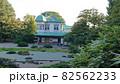笹が茂る庭と和洋折衷建築の風景 82562233