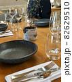 レストランのテーブルセット 82629510