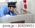 帽子と制服を着た巡回警備員の若い男性 82639931