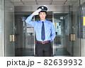 帽子と制服を着た巡回警備員の若い男性 82639932