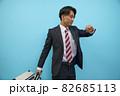 キャリーケースを持って歩く日本人男性ビジネスマン 82685113