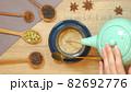 チャイをマグカップに注ぐ様子 真上からのカット 82692776
