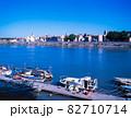 フランス アルル ローヌ川と町並 82710714