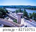 フランス アヴィニヨン 外壁と橋にローヌ川 82710751