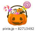 ハロウィンのカボチャに入ったお菓子  ハロウィン素材のアイコン/イラスト素材 82713492