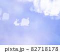 サンタとトナカイのシルエット模様のリフレクション ブルー系背景素材 82718178