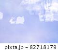 サンタとトナカイのシルエット模様のリフレクション ブルー系背景素材 82718179