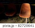 夕陽を浴びる一人用ベンチ 82720641