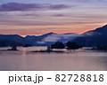 朝焼けに染まる幻想的な秋元湖のブルーモーメント情景@福島 82728818