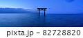 夜明け前の湖上の鳥居のパノラマ情景@滋賀 82728820