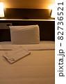 ビジネスホテルのベッド 82736521