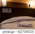 ビジネスホテルのベッド 82736525