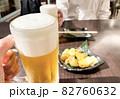 居酒屋でビールで乾杯 82760632