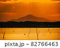 茨城涸沼の夕焼けと筑波山 82766463