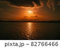 茨城涸沼の夕焼けと筑波山 82766466