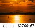 茨城涸沼の夕焼けと筑波山 82766467