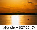 茨城涸沼の夕焼けと筑波山 82766474