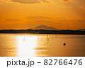 茨城涸沼の夕焼けと筑波山 82766476