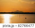 茨城涸沼の夕焼けと筑波山 82766477