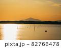 茨城涸沼の夕焼けと筑波山 82766478