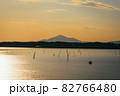 茨城涸沼の夕焼けと筑波山 82766480