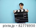 大きなカチンコを持つ日本人男性 82778930