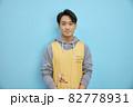 カメラ目線の男性保育士・介護福祉士 82778931