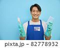 掃除用具をもってほほ笑む 日本人男性 82778932