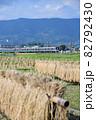稲刈りの終わった田んぼを走る小田急電鉄1000形電車 82792430