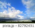 青空と白い雲を背景に走る小田急ロマンスカーGSE特急列車 82792431