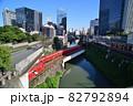 神田川を渡る丸の内線3000系電車とJR御茶ノ水駅 82792894