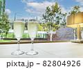 中庭を眺めながらシャンパングラスで乾杯 82804926