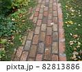 落ち葉が散らばる秋のレンガのアプローチ 82813886