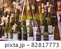 ワインショップに立ち並ぶワイン 82817773