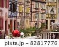 ヨーロッパの街並みとアート 82817776