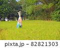 里山の稲田に立つユニークな案山子 82821303