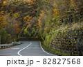 紅葉した木々に覆われた山道 82827568