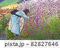 スマホで写真を撮る女性 82827646
