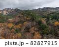 【北海道上富良野町】初冠雪の十勝岳と紅葉 10月 82827915
