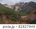 【北海道上富良野町】紅葉が残る十勝岳と初冠雪の景色 10月 82827949