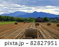 【北海道上富良野町】稲刈り後の田んぼと稲わらロール 10月 82827951