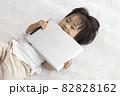 赤ちゃんとタブレット端末(1歳2か月、日本人、女の子) 82828162