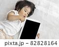 赤ちゃんとタブレット端末(1歳2か月、日本人、女の子) 82828164
