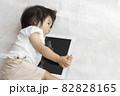 赤ちゃんとタブレット端末(1歳2か月、日本人、女の子) 82828165