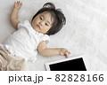 赤ちゃんとタブレット端末(1歳2か月、日本人、女の子) 82828166
