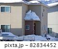 屋根の落雪 屋根から落ちる積雪 82834452
